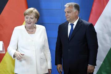記者会見するドイツのメルケル首相(左)とハンガリーのオルバン首相=19日、ハンガリー・ショプロン(AP=共同)