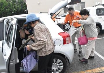 買い物を終えてレンタカーに乗り込む高齢者ら=19日午前、宮崎市本郷南方のスーパー駐車場