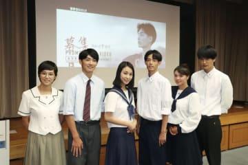 高知県警の警察官募集CMに出演した川沢央典さん(右から3人目)ら地元の高校生=19日、高知市