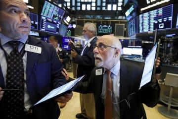ニューヨーク証券取引所のトレーダーたち=19日(AP=共同)