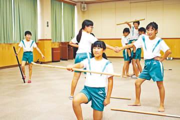 最後の決めポーズを練習する児童