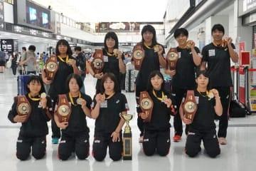 昨年以上の好成績で帰国した女子チーム
