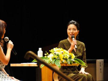トークショーで、南アフリカの魅力を市民に語る女優・高橋ひとみさん=関市若草通、市学習情報館