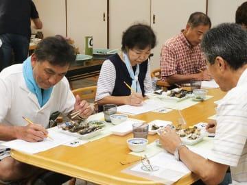 宮川下流域の鮎を評価する審査員=飛騨市宮川町杉原、飛騨まんが王国