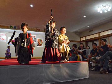 舞台の上でポーズを決める羽織はかま姿の男児たち=岐阜市伊奈波通、伊奈波神社