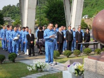 【式典で「誓いのことば」を述べる鈴木知事(中央)=桑名市多度町で】