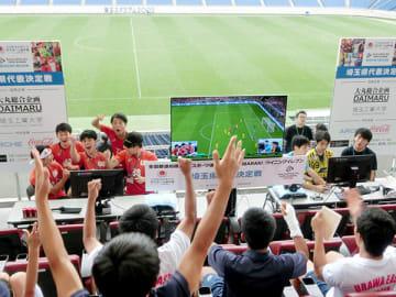 少年の部決勝で対戦相手のクラークBに勝利して喜ぶ浦和東高Bのメンバー(左)=18日午後、埼玉スタジアム