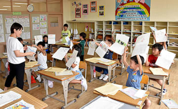 夏休みの思い出を描いた絵日記を披露する児童たち=南陽市中川小