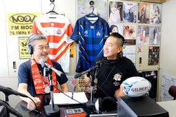 日本代表の好調ぶりに話が弾む金村泰憲さん(左)とダイスケさん=エフエムムーヴ