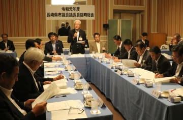 県内13市議会の議長が集まった臨時総会=長崎市宝町、ザ・ホテル長崎BWプレミアコレクション