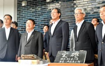 タイムカプセル(手前左)を掘り起こし、これからの市政への決意を新たにした市幹部職員ら