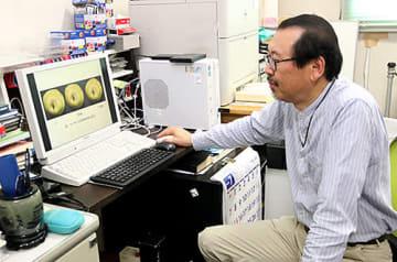 ラ・フランスを画像解析し、食べ頃を見える化する技術を生み出した山形大工学部の野田博行准教授=米沢市