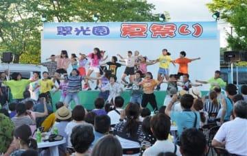 子どもたちのダンスなどで盛り上がった「翠光園夏祭り」=あさぎり町