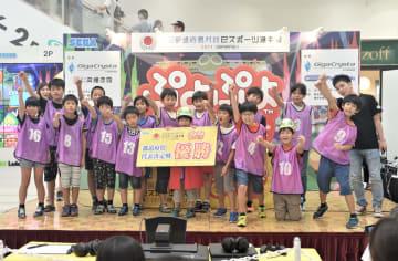 全国大会出場を目指して決勝トーナメントを戦った小学生たち=埼玉県越谷市のイオンレイクタウン