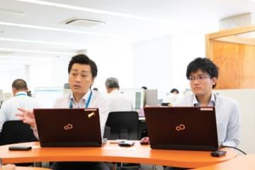 西予市復興支援課の正司哲朗さん(左)と井上一善さん(右)