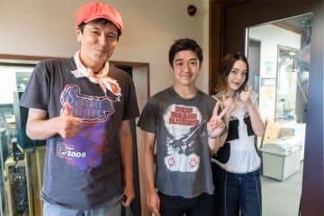 写真は(左から)ジョージ・ウィリアムズさん、藤巻亮太さん、安田レイさん