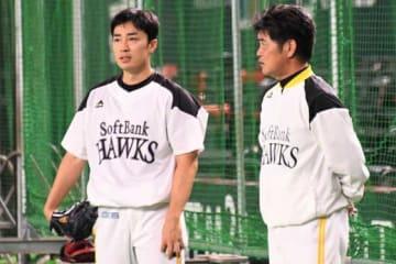 ソフトバンク・和田毅(左)と工藤監督【写真:藤浦一都】