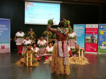 伝統舞踊メケ・ダンスを披露 フィジー・スバ