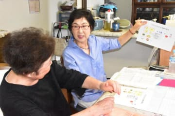 食生活について利用者にアドバイスする県栄養士会の管理栄養士(右)
