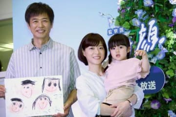 連続ドラマ「監察医 朝顔」に出演している(左から)時任三郎さん、上野樹里さん、加藤柚凪ちゃん