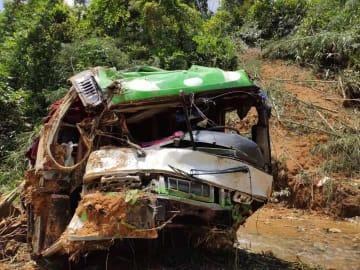 ラオスのバス事故、中国人観光客の死者が13人に