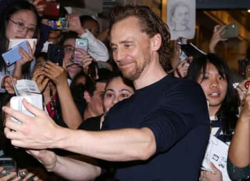 Tom Hiddleston Takes Selfies With Fans At Broadway Preview Of 'Betrayal'