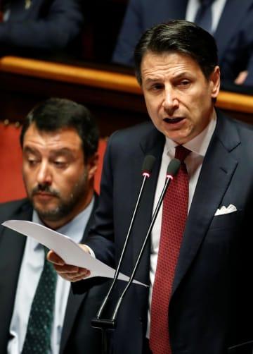 20日、イタリアの上院で演説するコンテ首相(右)、左はサルビーニ副首相=ローマ(ロイター=共同)