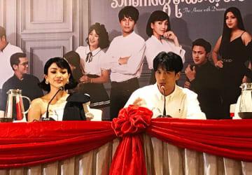 連続ドラマの記者会見で意欲を語る森崎ウィンさん(右)=8月14日、ヤンゴン(NNA)