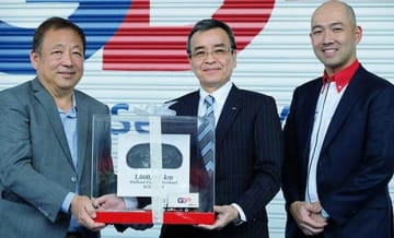 GDEXのテックリャン社長兼CEOに記念品を贈る日野自の市橋会長(中央)と日野マレーシア販売の内山社長(右)=20日、プタリンジャヤ(NNA撮影)