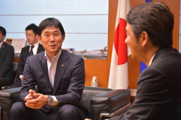 大井川和彦知事を表敬訪問したサッカー男子日本代表監督の森保一監督(中央)=県庁