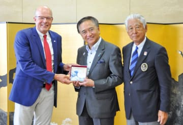 国際セーリング連盟のキム・アンダーセン会長(左)に記念品の七宝焼を贈る黒岩祐治知事(中央)=神奈川県庁