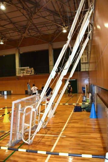 落下したバスケットゴール。ワイヤが切れ、ぶら下がっている(京都府木津川市兜台・南陽高)