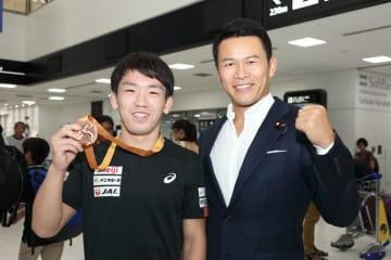 銅メダル獲得の松井謙(日体大)と須藤元気監督