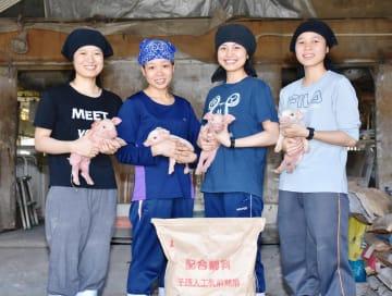 ベトナムから来日し、実習を続ける左からトアさん、ディエムさん、ホアさん、ホアイさん=小城市の野村畜産
