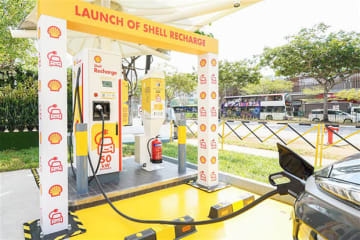 Shell group installs its 1st electric vehicle charging facility in Southeast Asia at a gas station in Sengkang, Singapore, on Aug. 19.