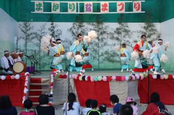 「綾踊」を奉納する曲郷土芸能保存会の会員=対馬市厳原町、山住神社前広場