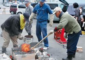 「たたら吹き製鉄」を実演する室蘭登別たたらの会の関係者
