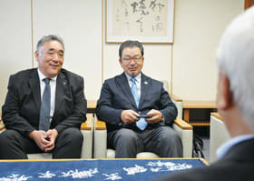 市役所で懇談する福田ガバナー(右)。左は早瀬伊達RC会長