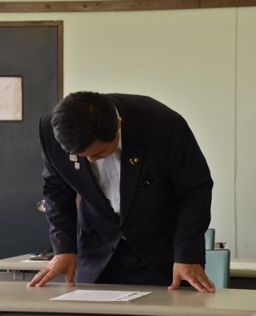 会見で謝罪する金丸市長=20日、館山市役所