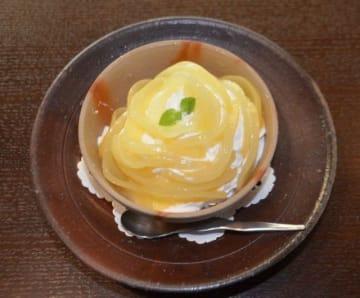 県産の桃を盛り込んだシバベのパフェ