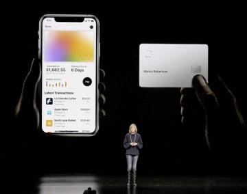 アップルの発表会で披露されたクレジットカード「アップルカード」=3月、米カリフォルニア州クパチーノ(共同)