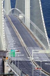 台風10号の接近で、通行車が減った明石海峡大橋。今回も事前に通行止めの可能性が発表されていた=15日午後2時23分、神戸市垂水区より撮影(撮影・鈴木雅之)