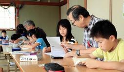 夏休みもあと少し。宿題に精を出す子どもたち=神戸市兵庫区東出町、東出町自治会館(撮影・鈴木雅之)