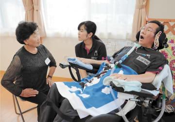 住民の健康相談に応じる太田さん(右)