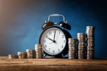 「ドルコスト平均法」は、投資を始めるとよく耳にする言葉。ドルと名がついていますが、外貨投資に限った仕組みではなく、積み立てで何らかの投資をしていれば、この仕組みが利用されているのです。