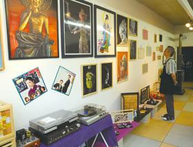 懐かしい曲が流れ、昭和の小物や仏画が並ぶ店内