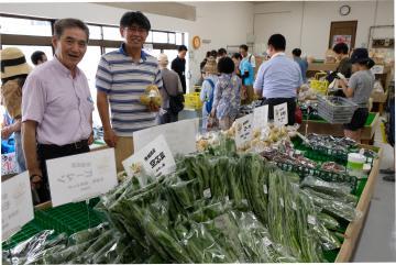 高野栄さん(左)と「大きなかぶ」を運営する中島悟代表理事=東京都板橋区