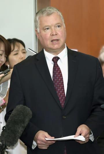 21日、ソウルの韓国外務省で記者団の取材に応じる米国のビーガン北朝鮮担当特別代表(共同)
