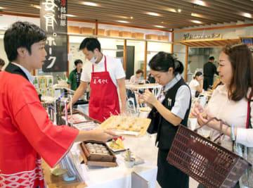 十日町市の特産品をそろえた「新潟・十日町フェア」=20日、東京都渋谷区