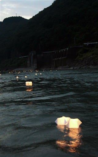 県営荒瀬ダム跡が残る球磨川を流れる手作りの和紙灯籠=八代市